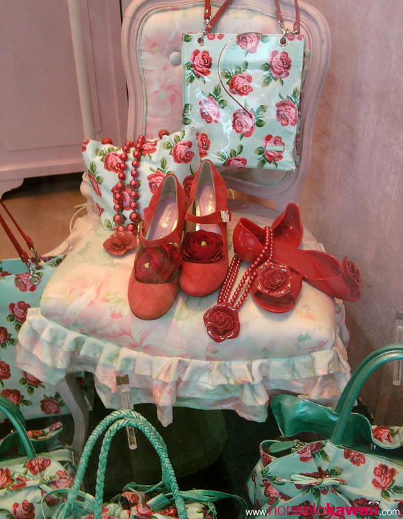 camomilla_rose-bags-and-shoes_red-and-aqua-green-shop-window_kawaii