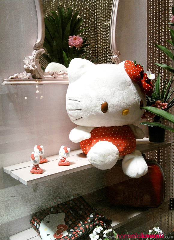 hello-kitty_strawberry-plush_shop-window_kawaii