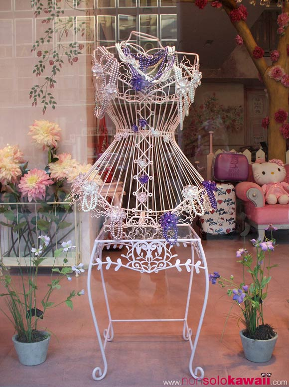 camomilla - mannequin - manichino - bijoux - jewellery - perle - pearls - white - violet - viola - bianco