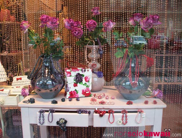 camomilla - vetrina - shopping window - shop window - rose - pois - viola - rosso- bags- borse