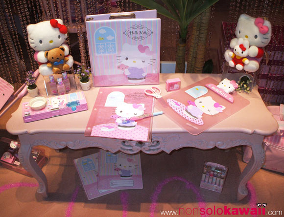 hello kitty - sanrio - shop window - shopping window - pink - bags - borse - zaino - stationery - cartoleria