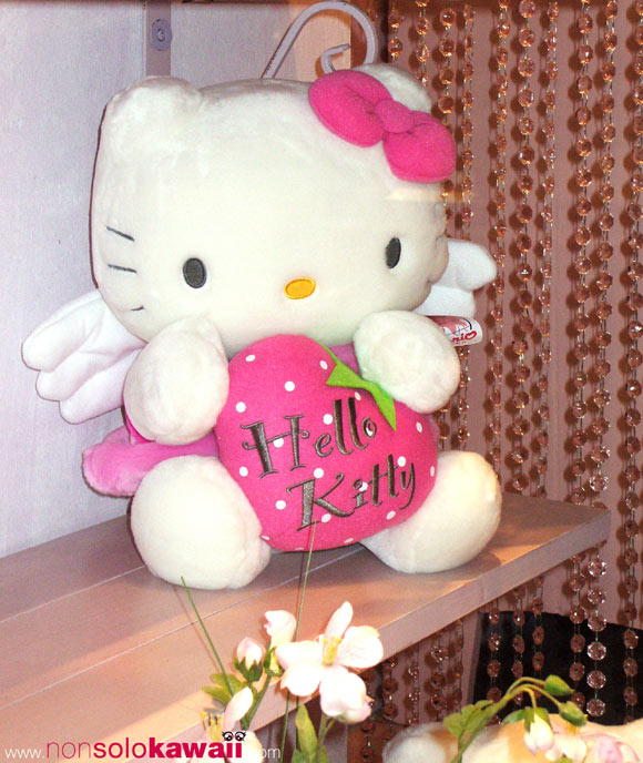 hello kitty - sanrio - shop window - shopping window - pink - plush - peluche - ali - wings - fragola - angelo - angel - strawberry