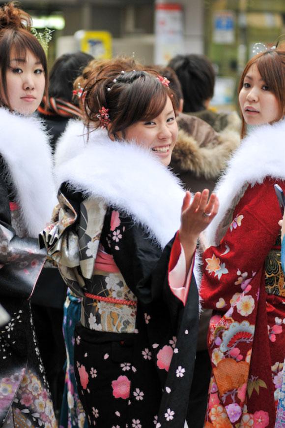 Ragazze che indossano un kimono furisode / Girls wearing furisode kimono