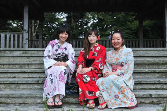 Ragazze che indossano un kimono yukata / Girls wearing yukata kimono