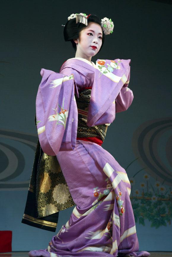 Danza annuale primaverile, Kyoto, una geisha indossa un kimono susohiki<br /> Annual spring dance, Kyoto, geisha wearing a susohiki kimono