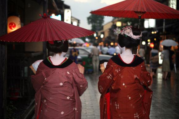 Kyoto, due maiko che indossano un haori / Kyoto, Two maiko wearing a haori