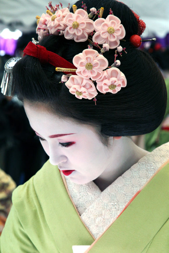 Kyoto, una geisha indossa i kanzashi / Kyoto, a geisha wears kanzashi