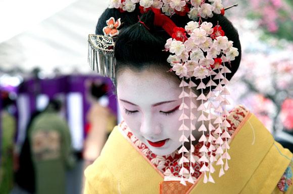 Kyoto, una maiko indossa i kanzashi / Kyoto, a maiko wears kanzashi
