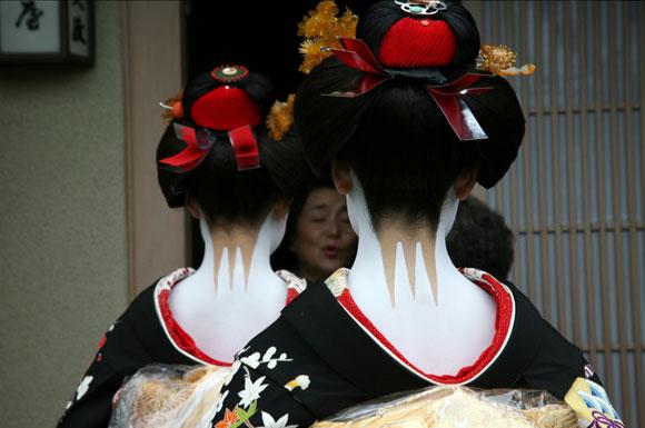 Kyoto, due maiko indossano i kanzashi / Kyoto, two maiko wear kanzashi