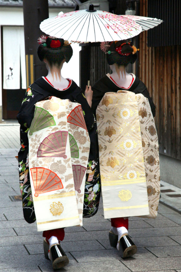 Kyoto, due maiko con i loro lunghi obi / Kyoto, two maiko with their long obi