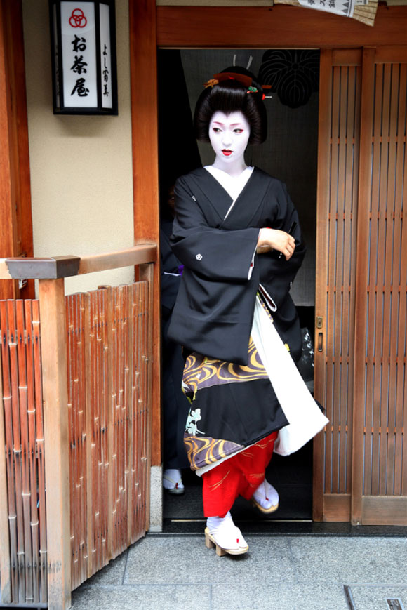 Kyoto, una geisha con i suoi geta e tabi / Kyoto, a geisha with her geta and tabi