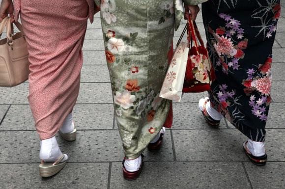 Kyoto, tre ragazze con kimono e zōri / Kyoto, three girls with kimono e zōri