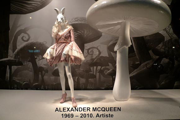Alice au Printemps des Merveilles - Alexander McQueen shopping window / vetrina