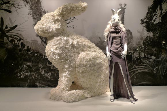 Alice au Printemps des Merveilles - Haider Ackermann shopping window / vetrina