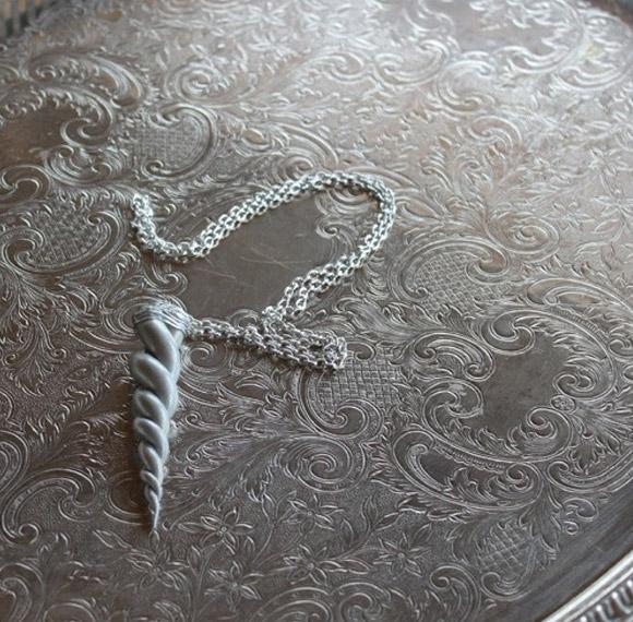 GimmCat - Silver Unicorn Horn Amulet Necklace, collana con corno d'unicorno d'argento
