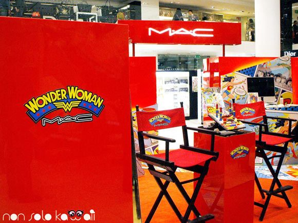 stand e prodotti MAC Wonder Woman al podium La Rinascente