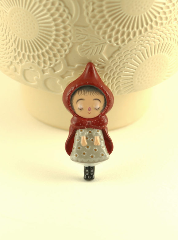 Elsa Mora - Little Red Ridding Hood Pin, Spilla Cappuccetto Rosso
