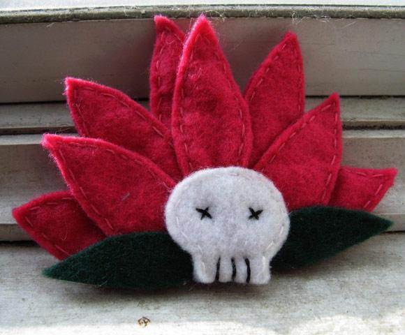 Lula Sailor - Lotus Flower Skull Felt Brooch, spilla ren con teschio, Nana Osaki