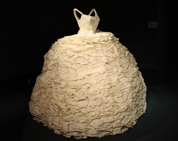 Susan Stockwell, Frill, 2009, fashion and recycle paper, moda e reciclo carta