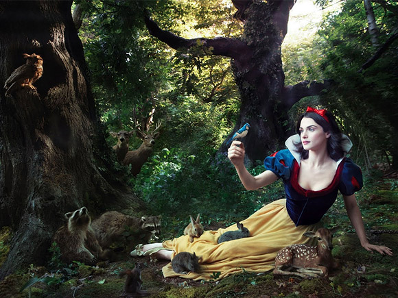 Annie Leibovitz for Disney: Rachel Weisz as Snow White / Annie Leibovitz per Disney: Rachel Weisz è Biancaneve