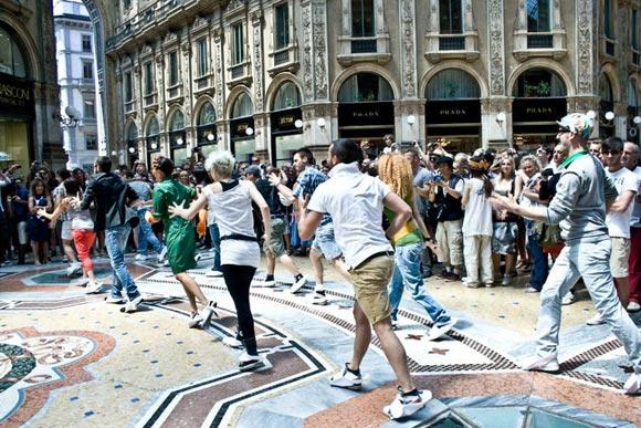 flash mop Jocca nella galleria vittorio emanuele di milano