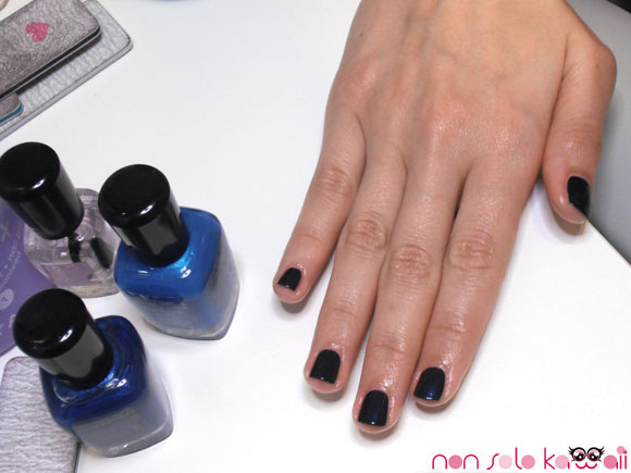 Angela Chiappa with manicure blue blu Indigo Zoya