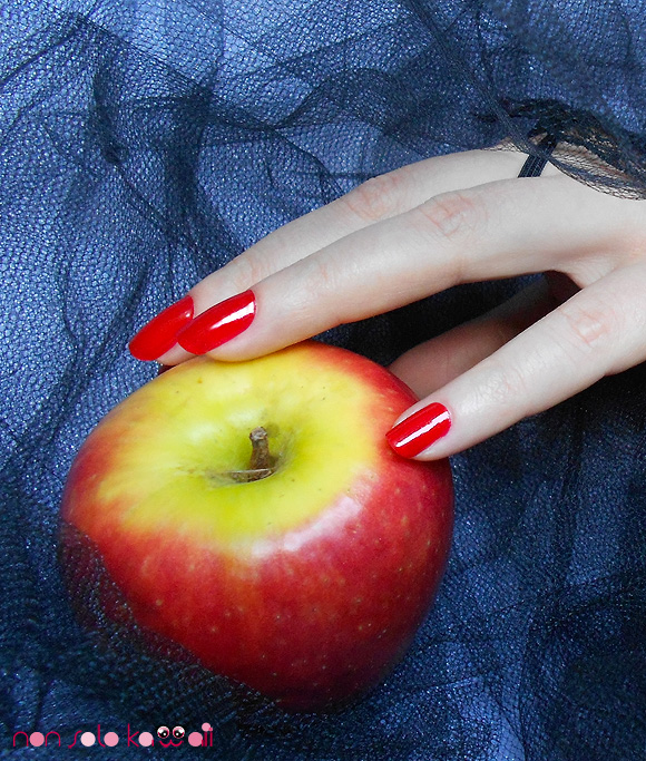 non solo Kawaii - Make Me Sin, Nails Orly Holiday Soireé Ma Chérie, vampire with red nails and red apples - vampiro con mela e unghie rosse