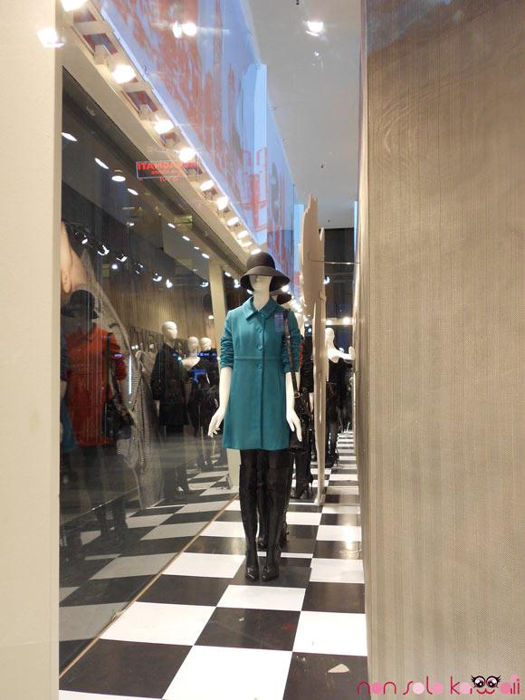 collezione autunno inverno 2011 nella vetrina del negozio Sisley Milano