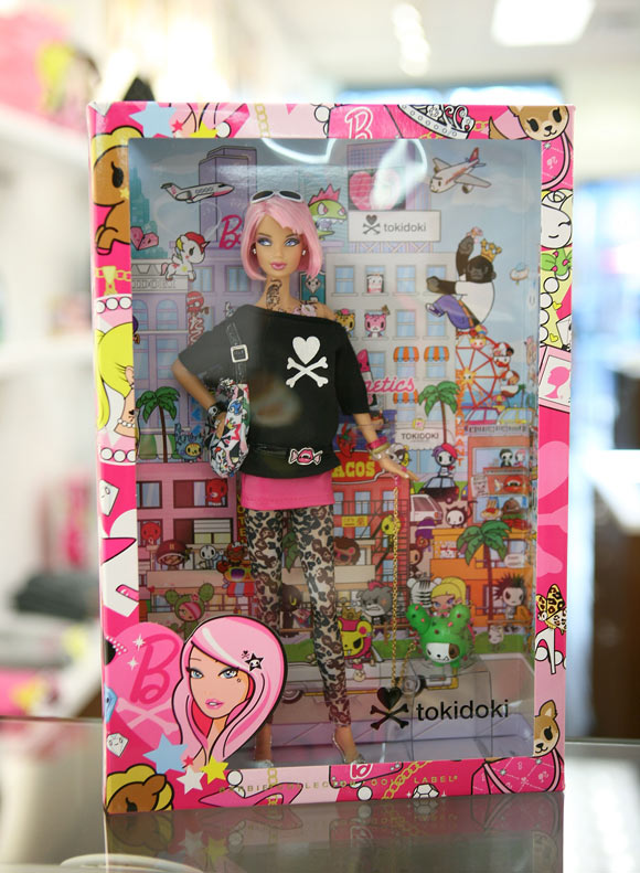 packaging Tokidoki Barbie Doll with tattoo and pink hair, bambola tatuata