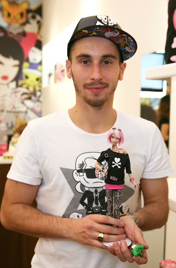 simone legno and Tokidoki Barbie Doll with tattoo and pink hair, bambola tatuata