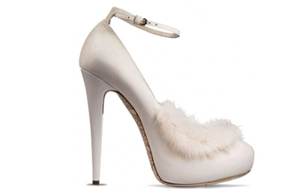 kawaii cute cat look: John Galliano white shoes with fur, scarpe bianche con pelo