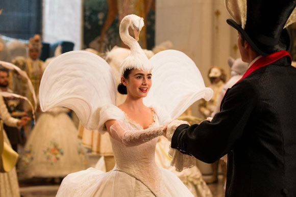 Snow White movie Mirror Mirror, Prince Andrew Alcott (Armie Hammer) and Snow White (Lily Collins) dancing, il ballo