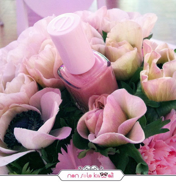 Essie nail polish with flower bouquet, smalti tra i fiori