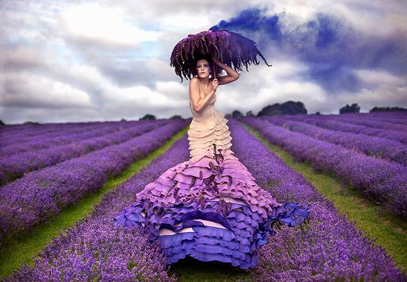 Kirsty Mitchell - 4..... - Ragazza in un campo di lavanda - Girl in a lavender field