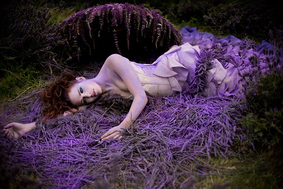 Kirsty Mitchell - 5...... - Ragazza in un campo di lavanda - Girl in a lavender field