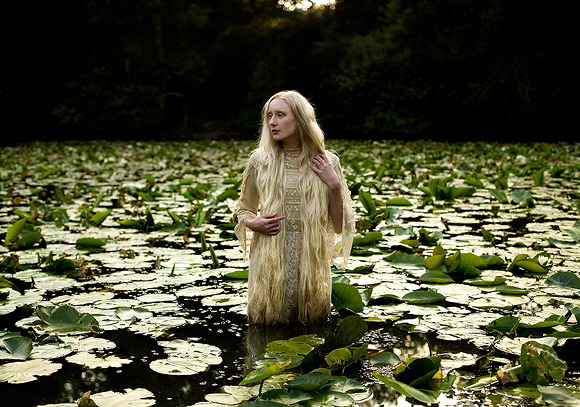 Kirsty Mitchell - 6...... - Ragazza con vestito di pizzo nell'acqua verde - Girl with lace dress in green water