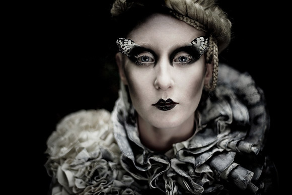 Kirsty Mitchell - 9...... - Ragazza con un makeup a farfalla - Girl with a butterfly makeup
