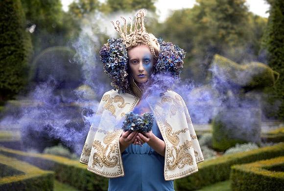 Kirsty Mitchell - 11....... - Modella brucaliffo con ortensie blu - Caterpillar Model with blu hydrangeas