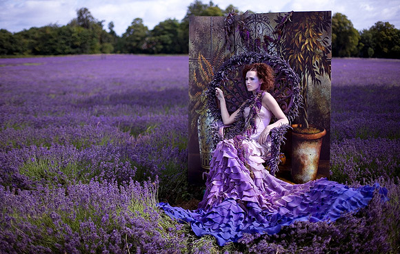 Kirsty Mitchell - 13..... - Ragazza in un campo di lavanda seduta su un trono - Girl in a lavender field sitting on a throne