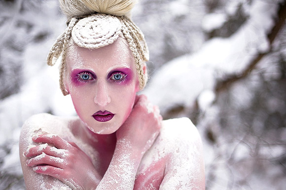 Kirsty Mitchell - 19...... - ragazza bianca con trucco fucsia e neve - white girl with fuchsia makeup and snow