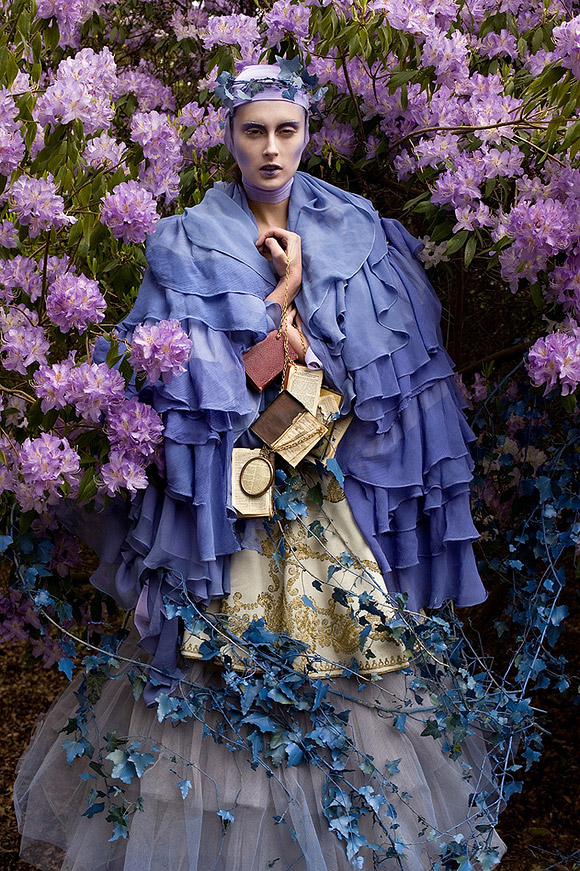 Kirsty Mitchell - 26 .......... - Ragazza con vestito lavanda e libri antichi - Girl with lavender dress and old books