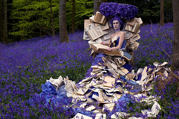 Kirsty Mitchell - 30....... - Ragazza in un campo di lavanda seduta su un trono con libri antichi - Girl in a lavender field sitting on a throne with old books