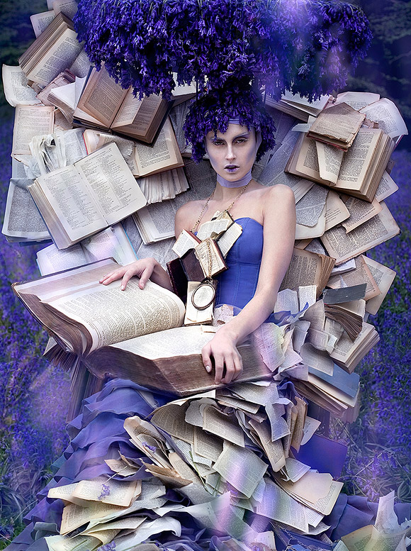 Kirsty Mitchell - 29........... - Ragazza in un campo di lavanda seduta su un trono con libri antichi - Girl in a lavender field sitting on a throne with old books