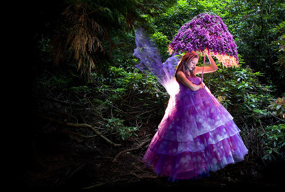 Kirsty Mitchell - 34......... - fata rosa on ombrello in un bosco - pink fairy with an umbrella in a wood