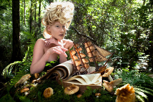 Kirsty Mitchell - 38 ......... - ragazza in un bosco con un modellino di veliero - girl in a wood with a sailing ship model
