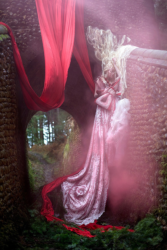 Kirsty Mitchell - 42....... - ragazza su una torre con capelli bianchi e vestito lungo rosso - girl on a tower with white hair and a long red dress