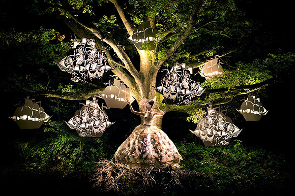 Kirsty Mitchell - The Faraway Tree with sailing ship model - L'albero delle favole con i modellini di veliero