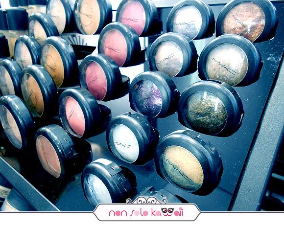 negozio MAC Cosmetics M·A·C Pro Store Milano, ombretti / eyeshadows