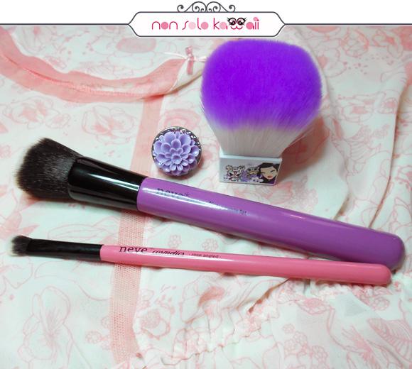 non solo Kawaii, Tokidoki Kabuki Brush, Neve Cosmetics Glossy Artist Purple Flat, Neve Cosmetics Glossy Artist Rose Angled